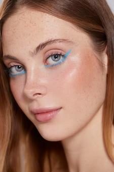 Hermosa mujer caucásica con delineador de ojos azul