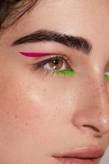 Hermosa mujer caucásica con delineador de ojos colorido