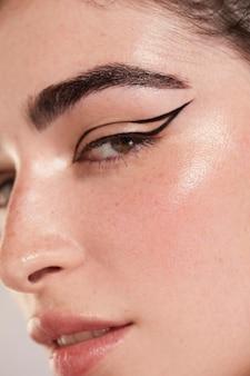 Hermosa mujer caucásica con delineador de ojos negro