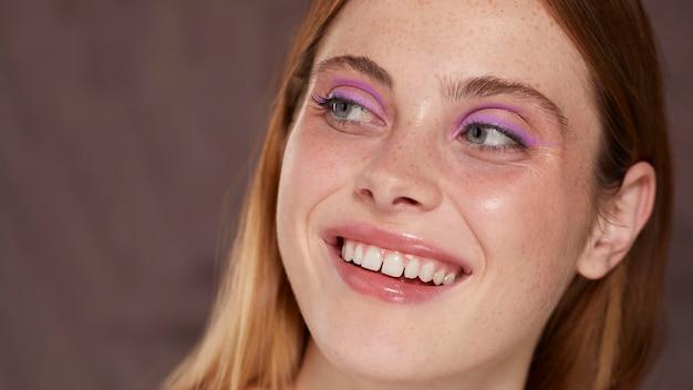 Hermosa mujer caucásica con delineador de ojos rosa