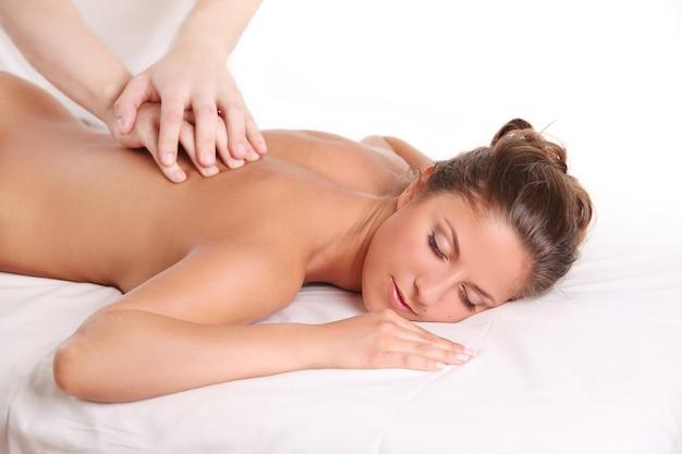 Hermosa mujer caucásica disfruta de un masaje