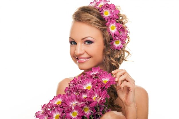 Hermosa mujer caucásica con flores frescas