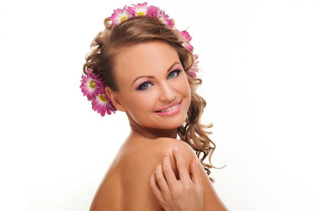 Hermosa mujer caucásica con flores en el pelo