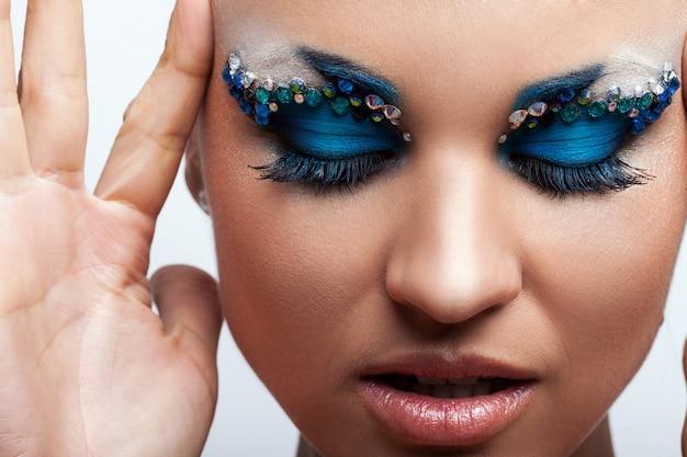 Hermosa mujer caucásica con maquillaje artístico