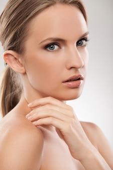 Hermosa mujer caucásica con maquillaje natural