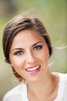 Hermosa mujer caucásica con maquillaje