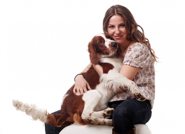 Hermosa mujer caucásica con perro
