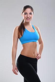 Hermosa mujer caucásica en ropa de fitness