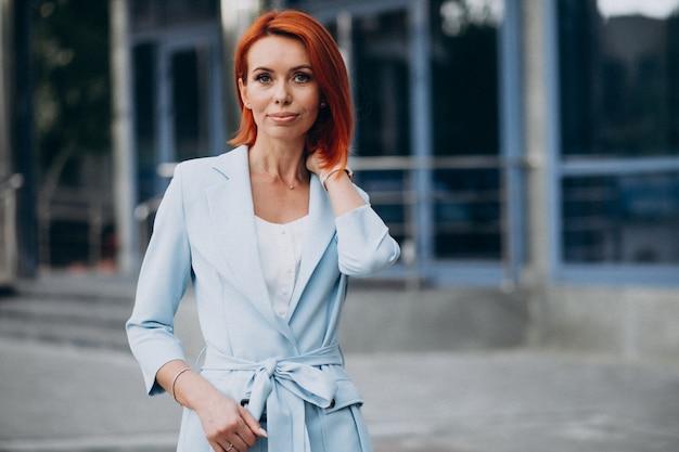 Hermosa mujer con clase en un traje azul