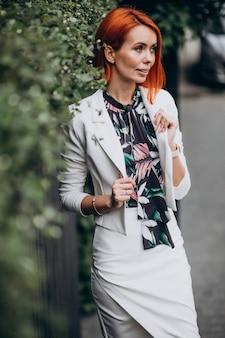 Hermosa mujer con clase en un traje blanco