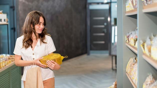 Hermosa mujer comprando productos orgánicos