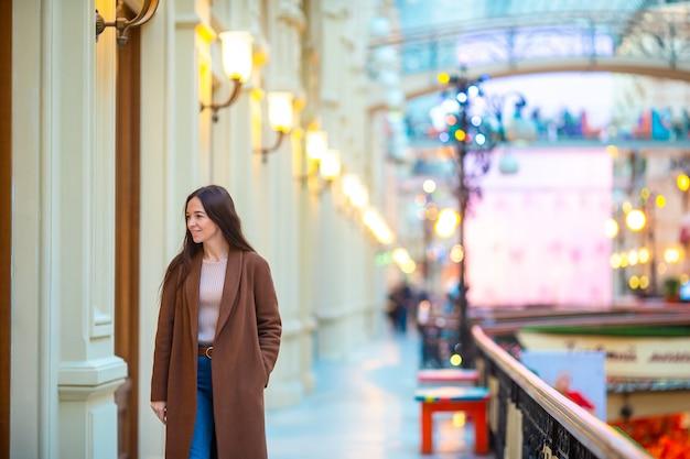 Hermosa mujer de compras en el centro comercial en el interior