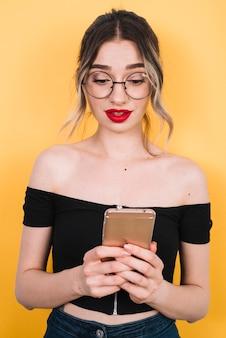 Hermosa mujer con compras móviles en línea