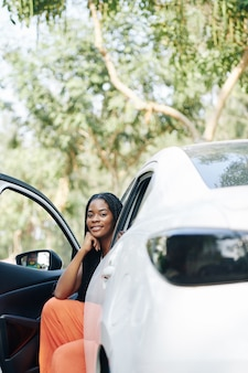 Hermosa mujer conductora