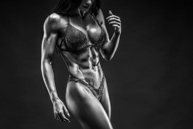 Hermosa mujer con cuerpo de gimnasio en ropa interior