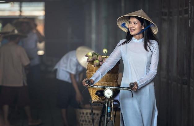 Hermosa mujer con cultura tradicional de vietnam, estilo vintage, hoi y vietnam.