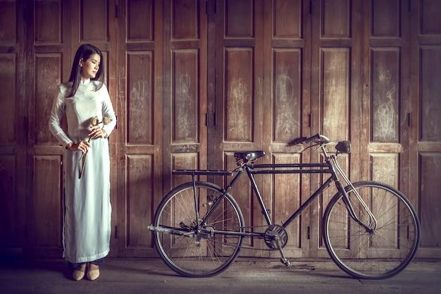 Hermosa mujer con cultura vietnamita tradicional, estilo vintage, hoi an vietnam