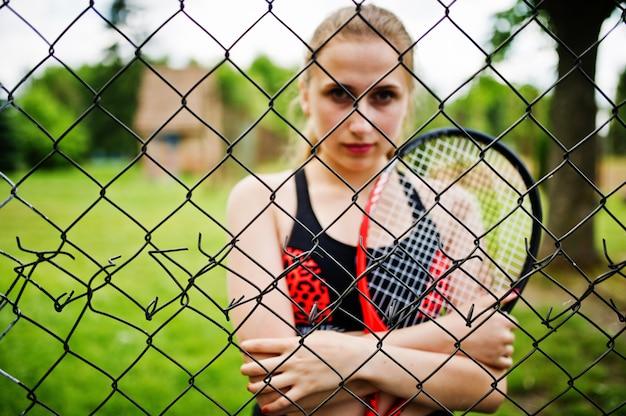 Hermosa mujer deporte tenista con raqueta en traje de ropa deportiva.