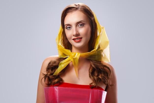 Hermosa mujer durante día lluvioso