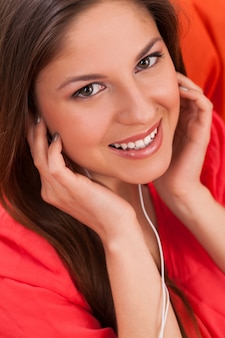 Hermosa mujer disfruta de música en auriculares