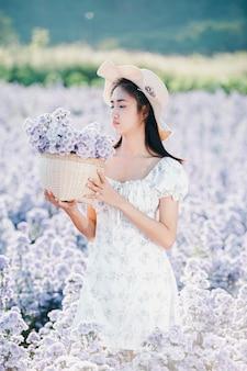 Hermosa mujer disfrutando de campo de flores