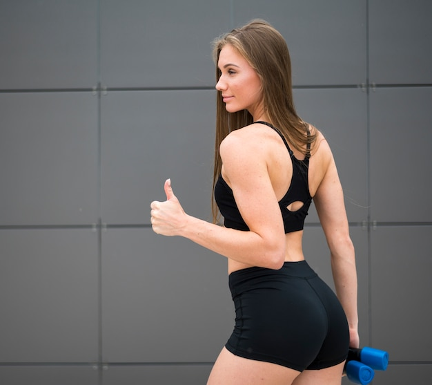Hermosa mujer disfrutando deporte tiro medio