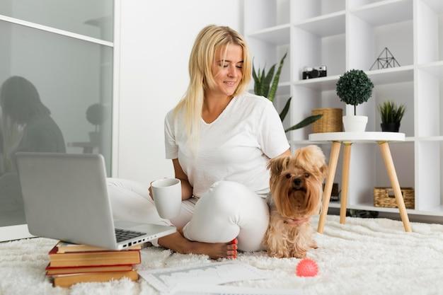Hermosa mujer disfrutando de trabajar desde casa