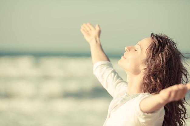 Hermosa mujer disfrutando de la vida en la playa.