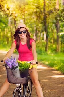 Hermosa mujer divertirse durante el ciclismo