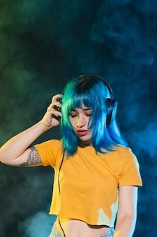 Hermosa mujer dj con auriculares