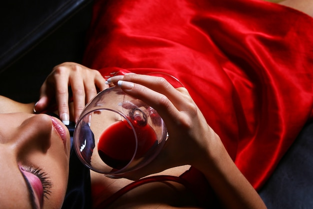 Hermosa mujer drinkink vino