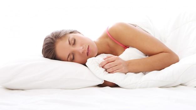 Hermosa mujer durmiendo en la cama