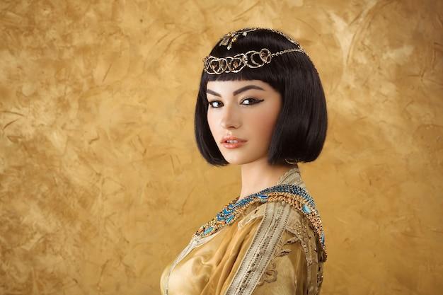 Hermosa mujer egipcia como cleopatra