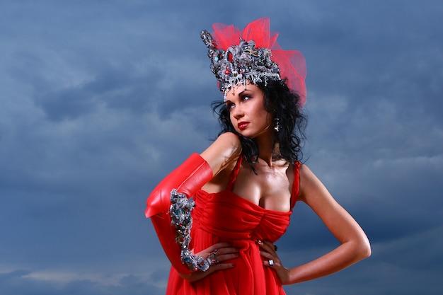 Hermosa mujer elegante con corona