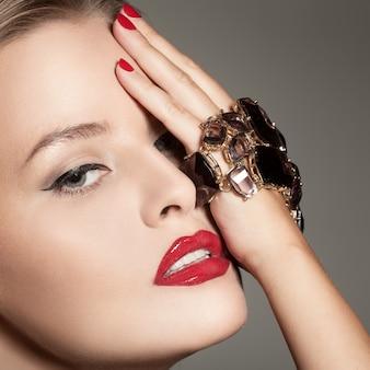 Hermosa mujer elegante con maquillaje