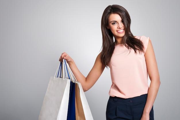 Hermosa mujer elegante sosteniendo bolsas de la compra.