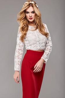 Hermosa mujer elegante en vestido rojo y blanco de moda