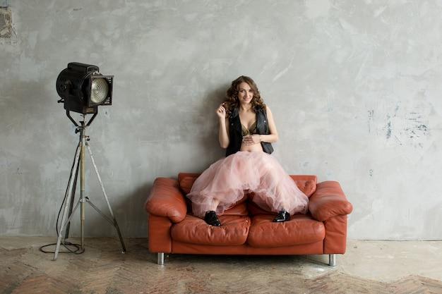 Hermosa mujer embarazada en falda rosa