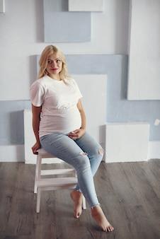 Hermosa mujer embarazada con gran barriga en un estudio.