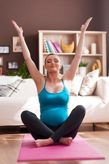 Hermosa mujer embarazada haciendo yoga