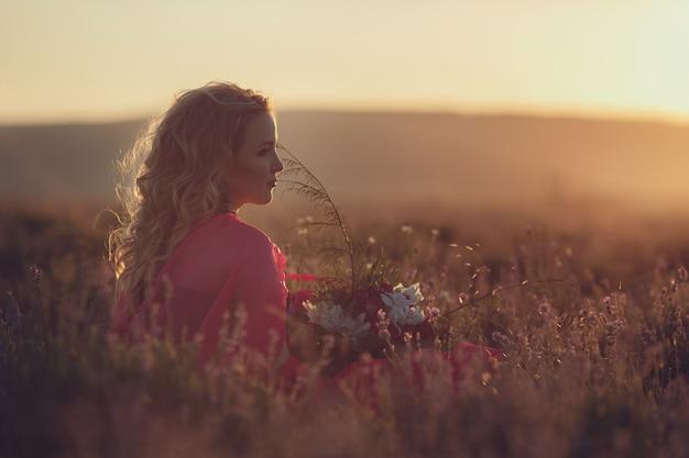 Hermosa mujer embarazada provenzal relajante en campo de lavanda viendo en puesta de sol con cesta con flores de lavanda. serie. chica seductora con lavanda púrpura. dama rubia en campo flor