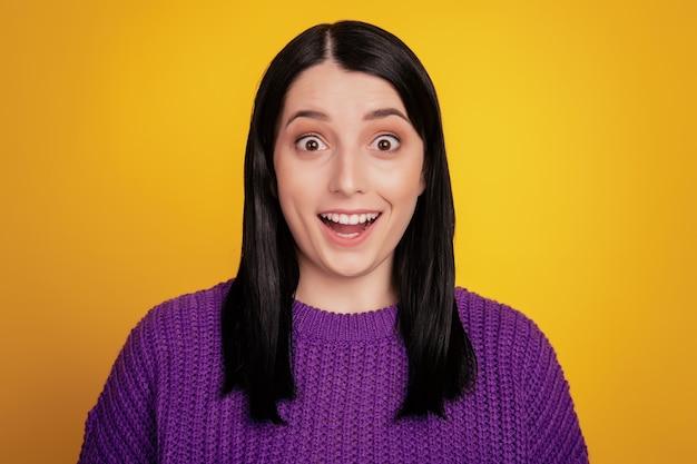 Hermosa mujer emocionada no espera recibir una agradable sorpresa de un amigo cercano sorprendido aislado sobre fondo amarillo