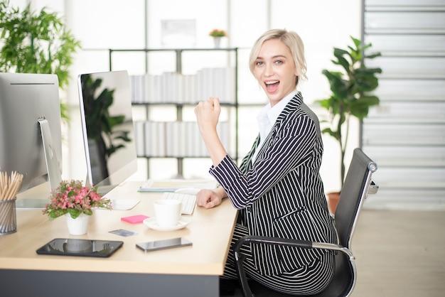 Hermosa mujer es éxito en su plan de negocios