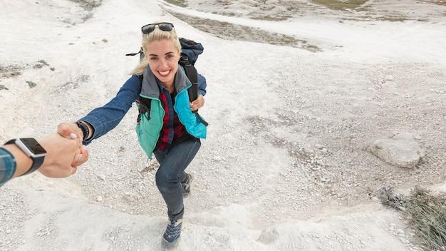 Hermosa mujer escalando montañas