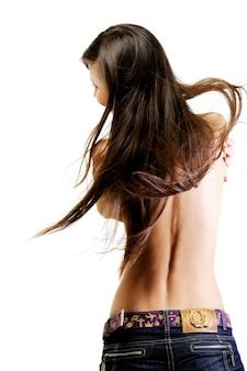 Hermosa mujer con espalda desnuda en movimiento retrovisor con hermosos pelos largos
