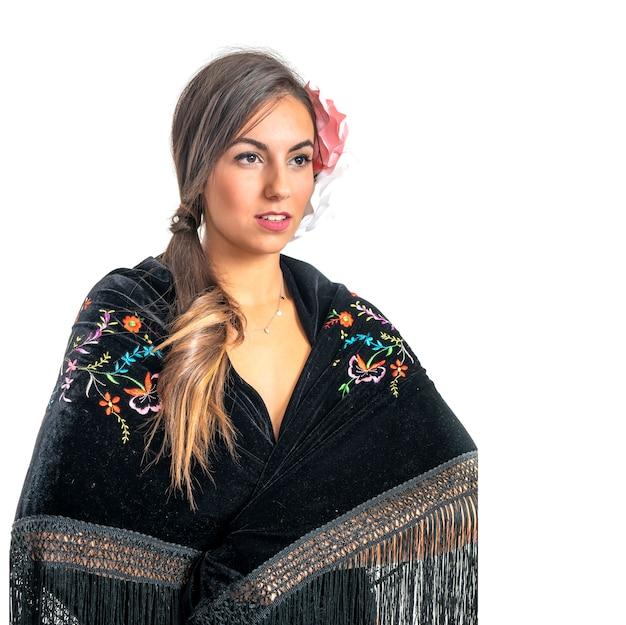 Hermosa mujer española de sevilla y andaluza con cabello oscuro vestida con vestimenta típica