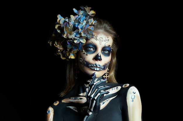 Hermosa mujer esqueleto con maquillaje de halloween