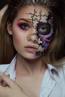 Hermosa mujer con esqueleto de maquillaje