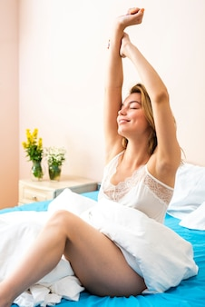 Hermosa mujer estirando su cuerpo