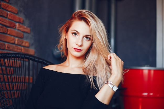 Hermosa mujer en el estudio